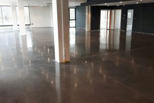 Betonvloer showroom polijsten