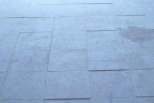 Ongelijke tegels in natuursteen vloer