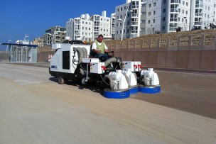 Schelpen asfalt op de kustboulevard